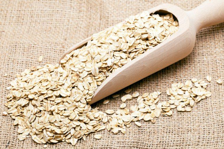 燕麥含兩種類型纖維,可加速糞便在腸道移動,減少便祕。