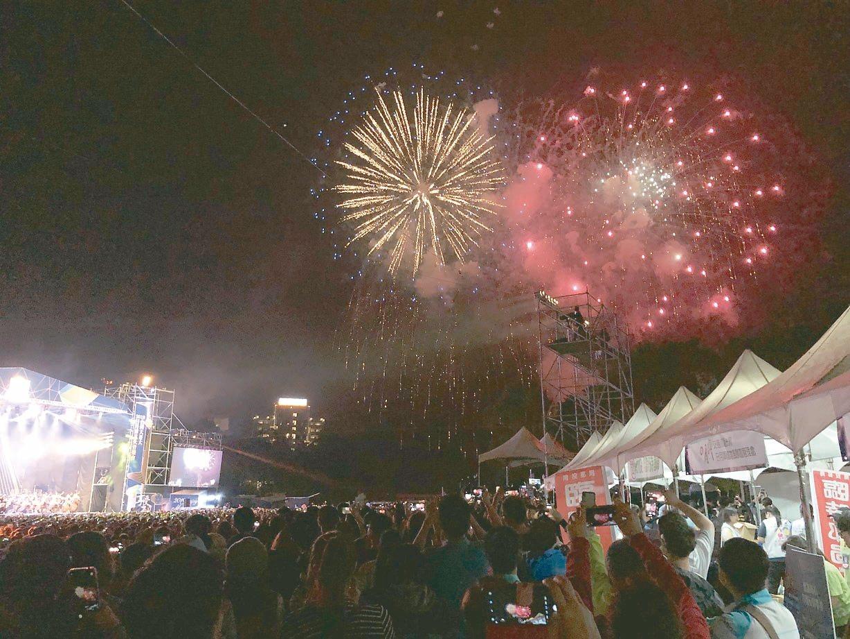日月潭花火音樂會昨天晚間吸引接近三萬名觀眾參與,交響樂和流行歌曲及燦爛煙火,讓觀...
