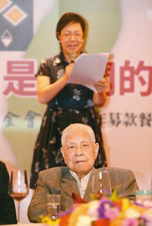 前總統李登輝(前)昨天出席李登輝基金會募款餐會,由女兒李安妮代為致詞,呼籲大家支...