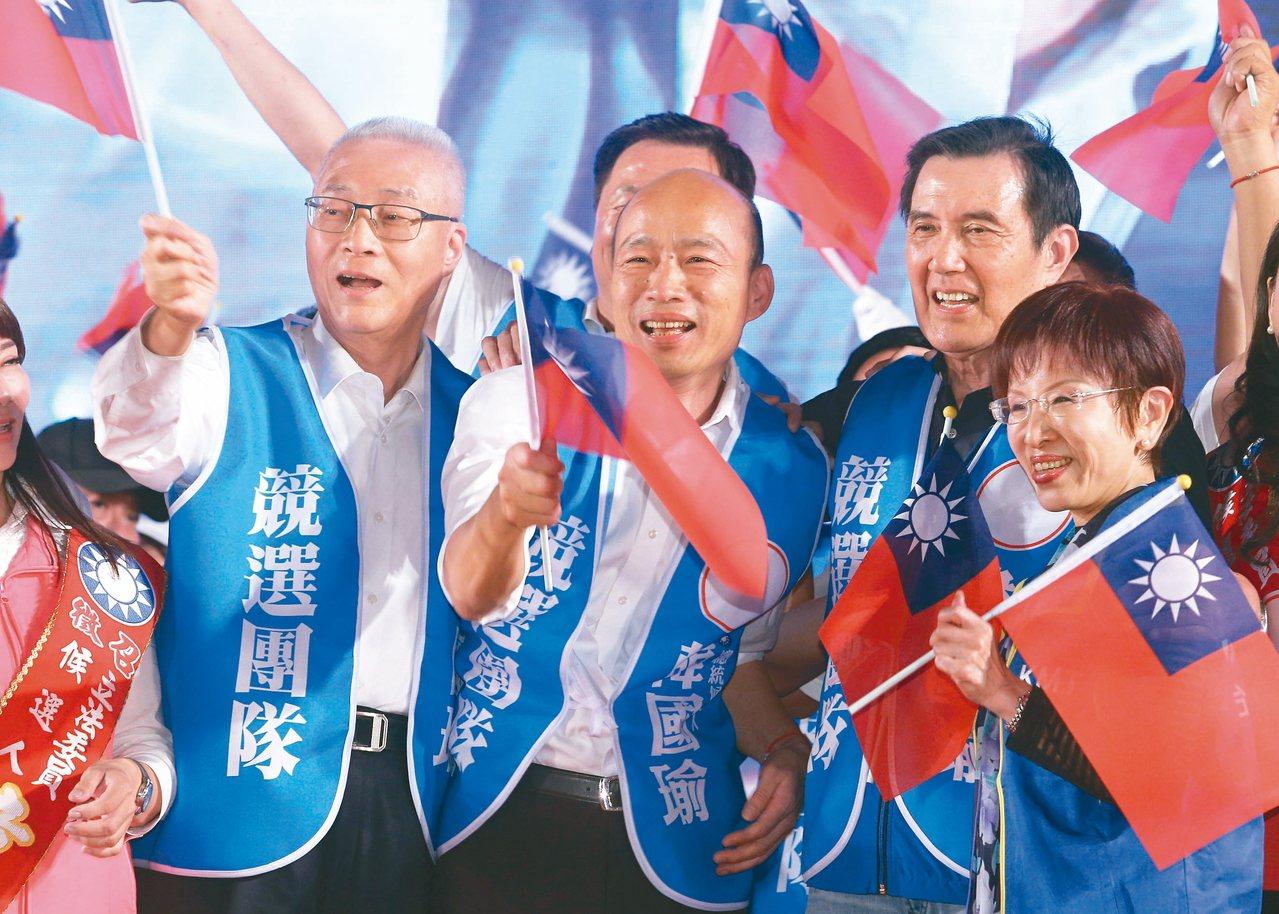 高雄市長韓國瑜(左二),昨晚在台南舉行大型造勢晚會,與前總統馬英九(右二)、國民...