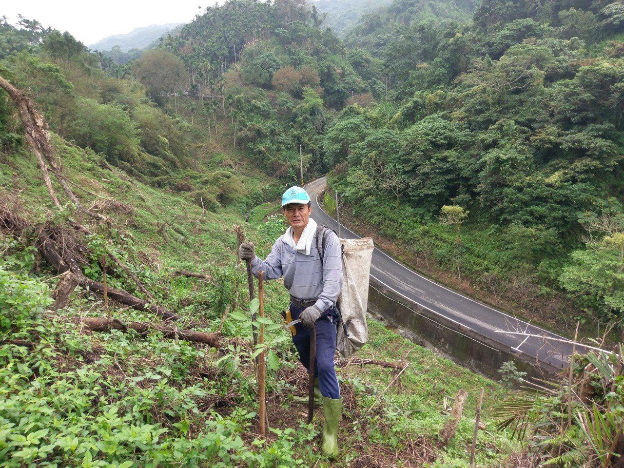 林睿宏從小「務農務到怕」,成了努力讀書的最大動力,卻在從公職退休後埋首農場,回歸...
