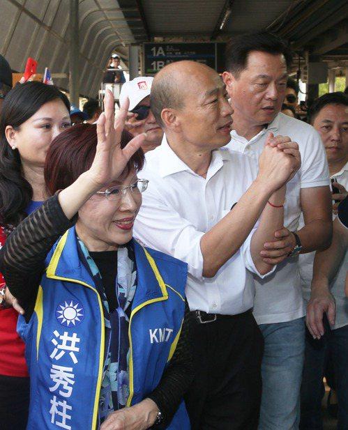 韓國瑜(中)挺進綠營深水區台南,再批蔡政府「一例一休」政策。記者劉學聖/攝影