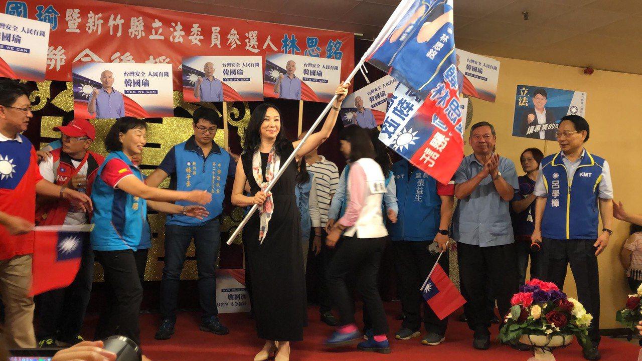 韓國瑜妻子李佳芬大力揮舞旗幟,搶攻新竹縣市客家票。記者王駿杰/攝影