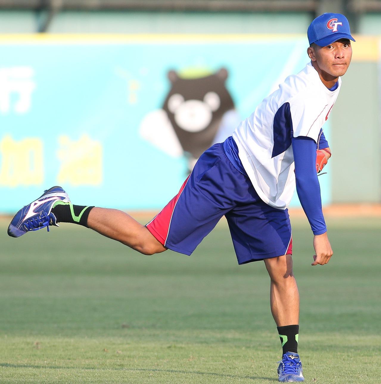 12強中華隊開訓,20歲投手劉致榮被大批媒體包圍,成為最大焦點。 聯合報系資料照