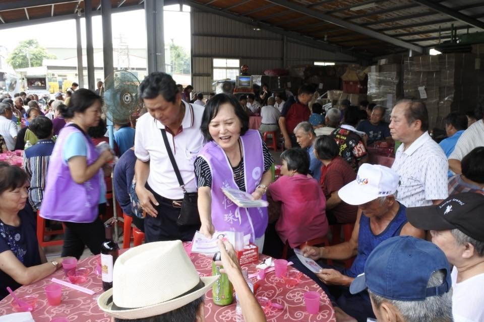 立法院長蘇嘉全的太太洪恒珠(中)自從宣布參選下屆立委後,非常認真跑攤拉票,所有參...
