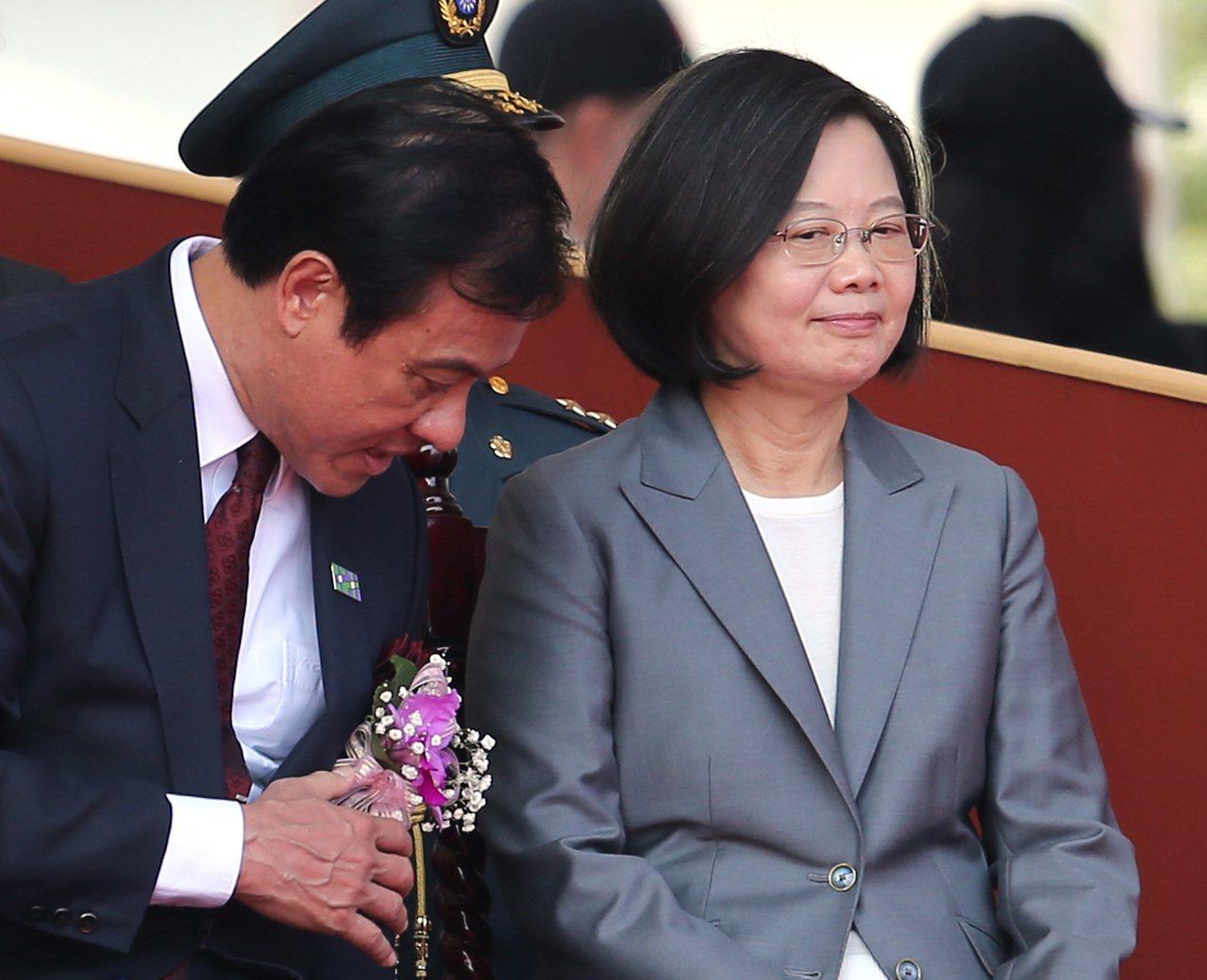 為了不分區立委提名名單,立法院長蘇嘉全(左)與蔡總統的互動令外界關注。 圖/聯合...