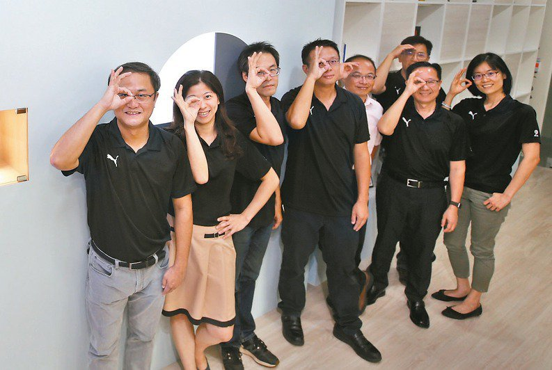 晉弘科技董事長鄭竹明(左一)與經營團隊。 記者鄭超文/攝影