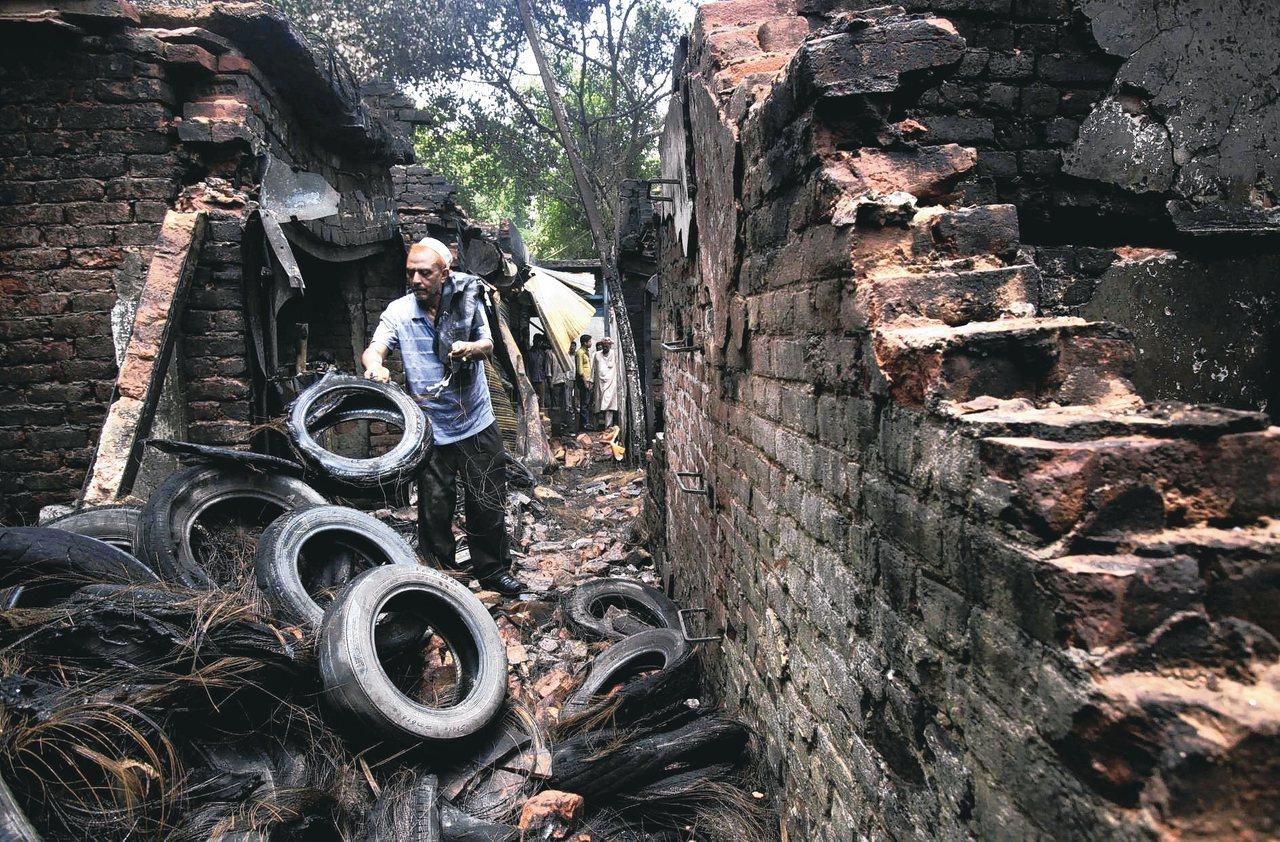 燒廢輪胎會釋放大量有毒化學物及氣體至環境中。長期下來恐罹患心臟病或肺癌。 美聯社