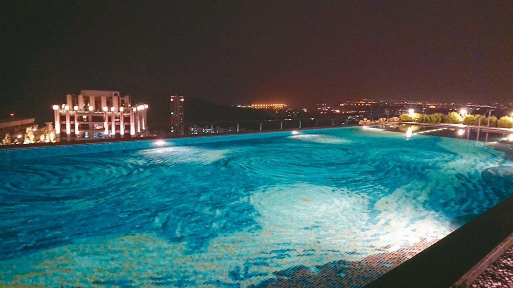 京城建設旗下「美術皇居」公設中最特殊的就是高空50公尺梵谷星空泳池。 記者陳美玲...