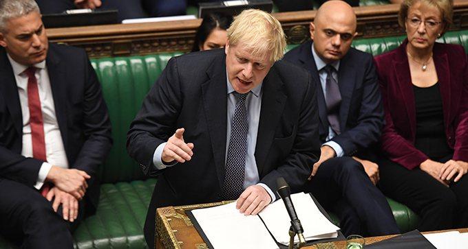 英國首相強森(中) 歐新社