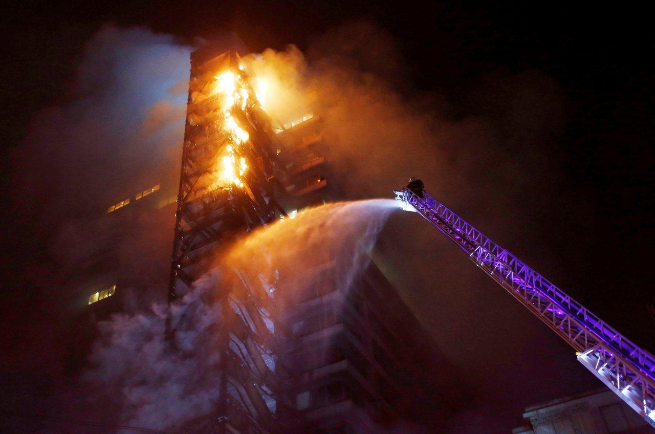 地鐵漲價,智利企業大樓遭縱火,首都進入緊急狀態。 路透社