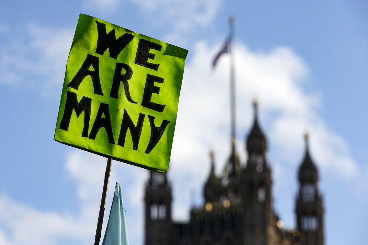 英國國會19日針對脫歐協議投票之際,戰場也延續到倫敦街頭,數以萬計的反對脫歐人士...