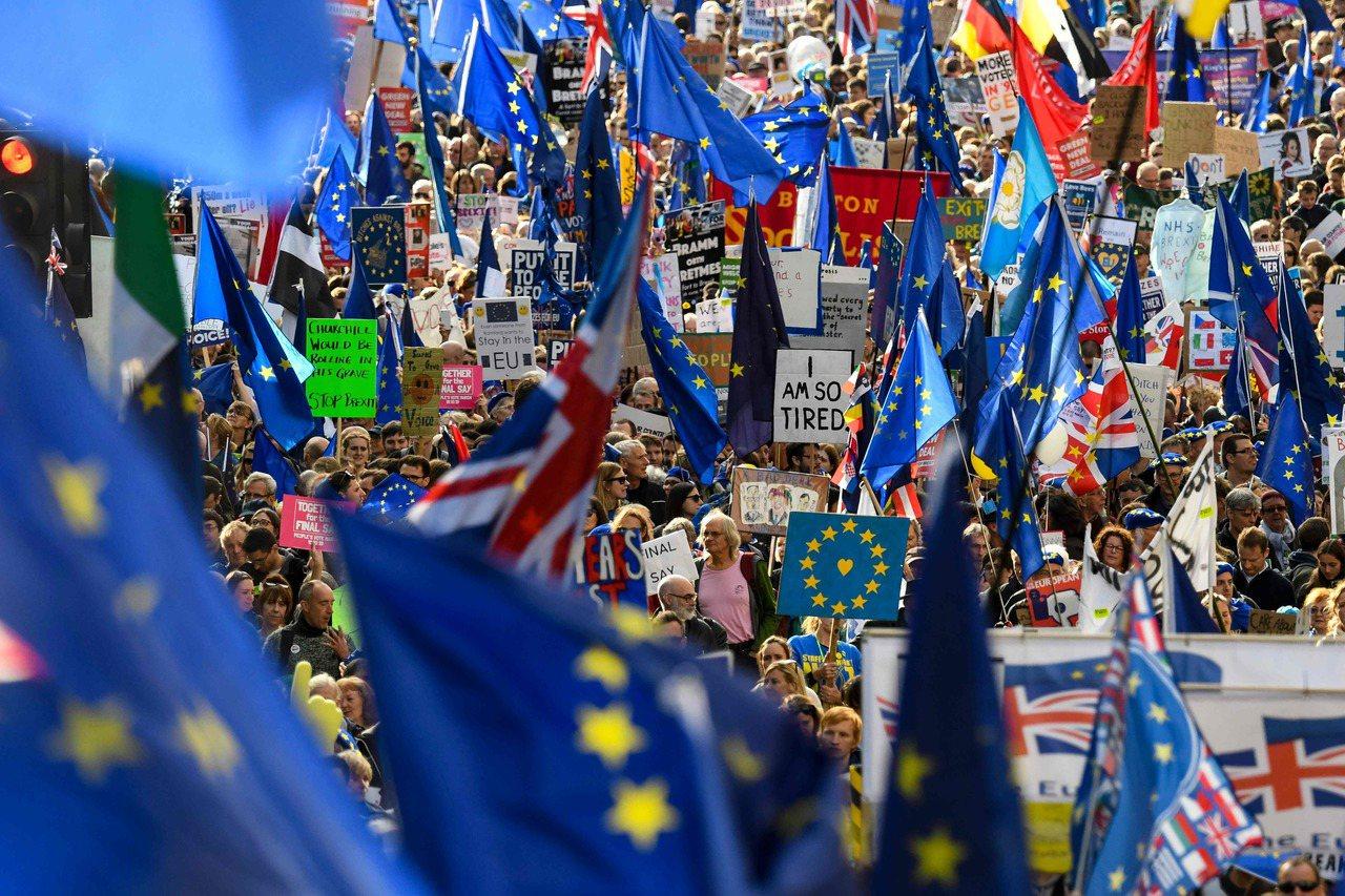 英國國會表決脫歐協議的同時,數十萬人湧上倫敦街頭,要求舉辦二次公投,傾聽直接民意...