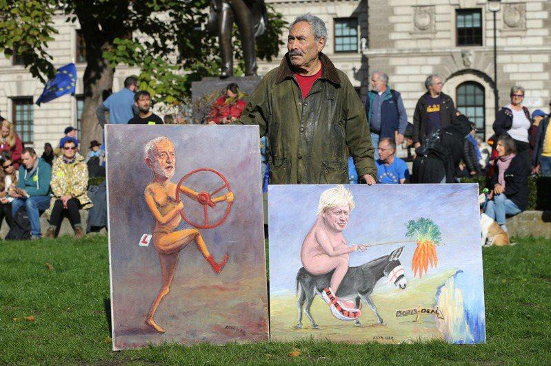 政治諷刺漫畫家拿出兩幅作品,嘲笑強生首相沒有妥善計畫,卻要強硬脫歐。 法新社