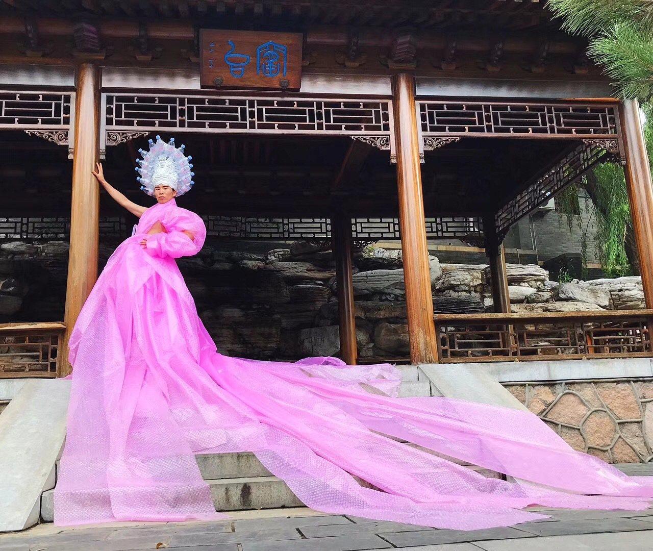 萬雲峰為《VOGUE》設計的禮服。 取材自微博