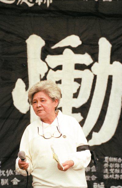 1991年白色恐怖犧牲者追思紀念會。前基隆中學校長鍾皓東的遺孀蔣碧玉帶領家屬吟唱安息歌。 圖╱聯合報系資料照片