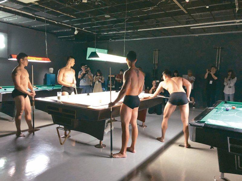 日本藝術家田村友一郎結合裝置與行為表演的「背叛的海」。 記者何定照/攝影
