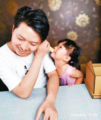 「創趣閣」手工玩具達人張帥。 圖/取自中國日報