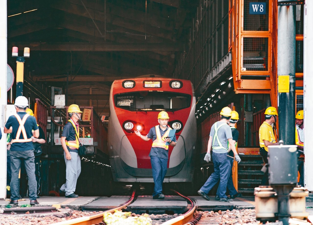 駛入樹林調車場的普悠瑪列車。 記者曾原信/攝影
