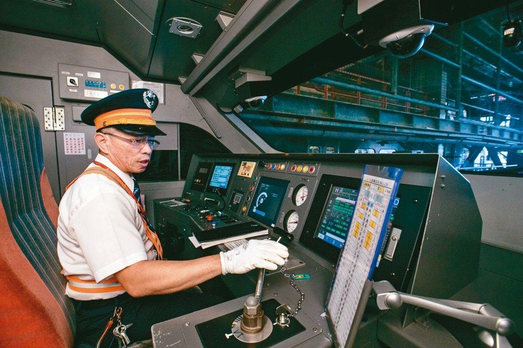駕駛發車前都必須檢查列車各部位是否正常。 記者曾原信/攝影