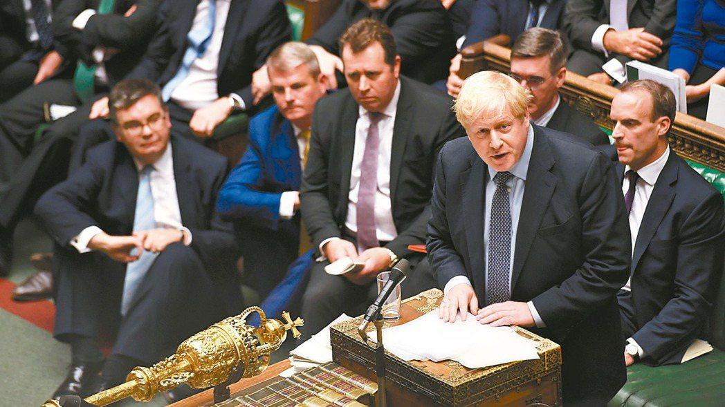 英相強生19日致函歐盟要求延後脫歐,不過那封信沒有署名。圖為強生19日在國會上發...