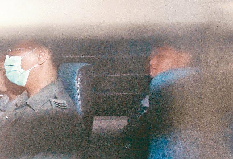 陳同佳(右)23日將出獄,香港將按其意願安排來台「自首」。 香港中通社資料照片