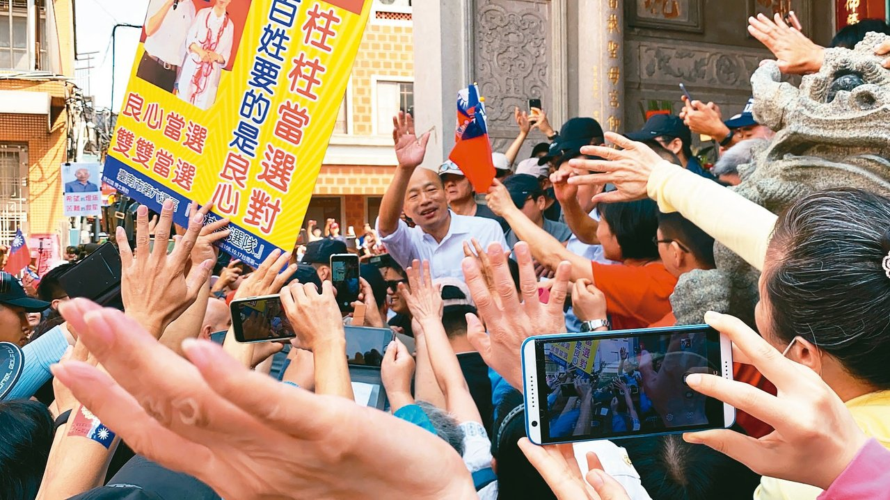 韓國瑜今天到台南有「總統廟」之稱的大天后宮參拜,支持者擠爆廟埕。 記者鄭維真/攝...
