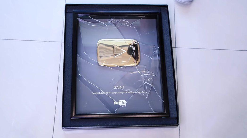 聖結石砸爛百萬訂閱獎牌。 圖/擷自Youtube