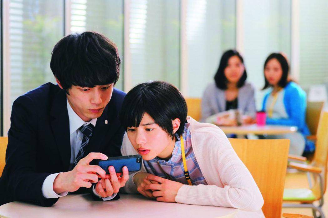 男主角坂口健太郎在辦公室跟女同事佐久間由衣的關係描述雖然不多,卻又非常到位,比日...