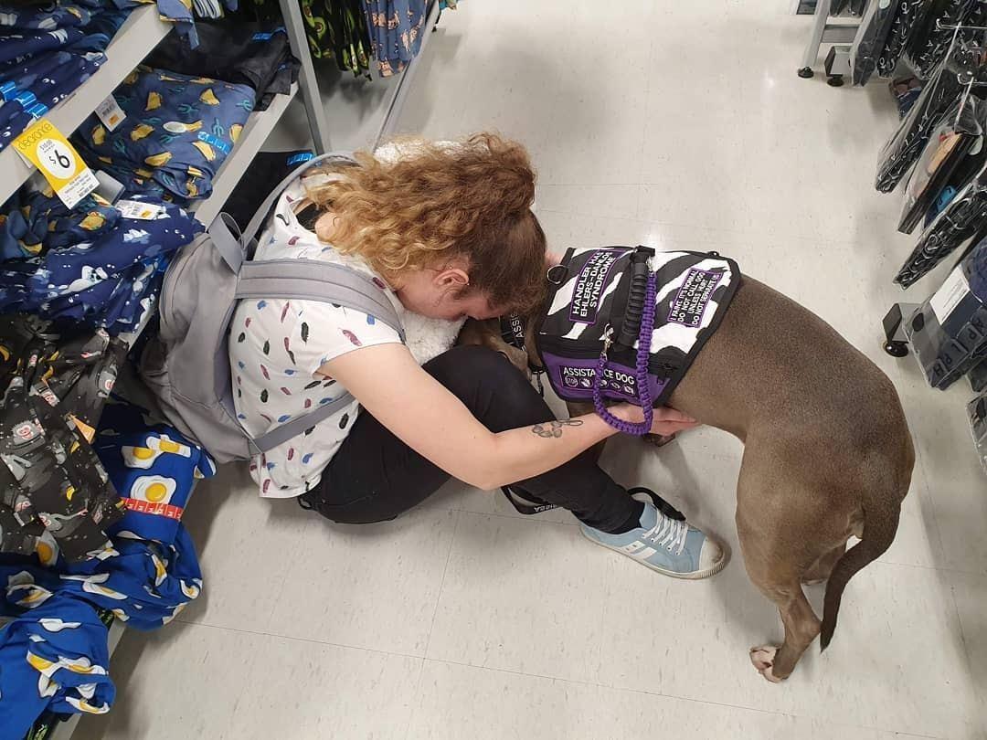 當Darcy不適時,服務犬Ruby一定會緊守在旁,依偎她讓她感到安慰。(inst...