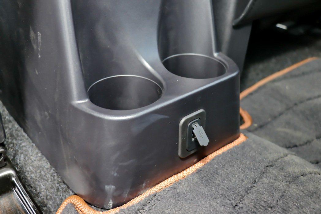 中央扶手提供USB接頭及杯架。 記者陳威任/攝影