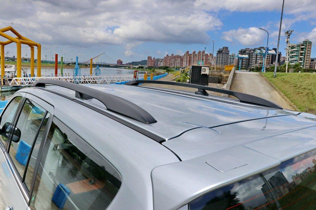 鋁合金車頂架。 記者陳威任/攝影