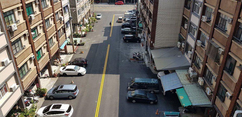 網友分享「高雄三民區停車日常」,只見違停汽車將原本寬敞巷道,擠得雙向車輛只能勉強...