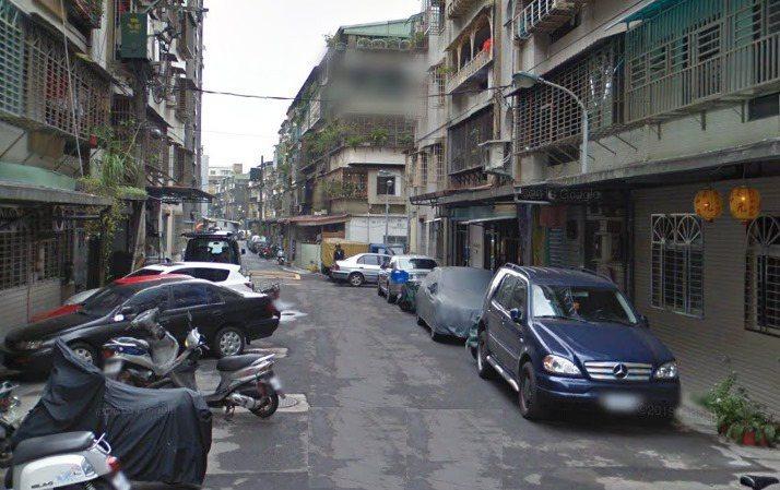 不僅高雄,有網友PO出台北市街道也有汽車違停問題。圖/取自爆怨公社