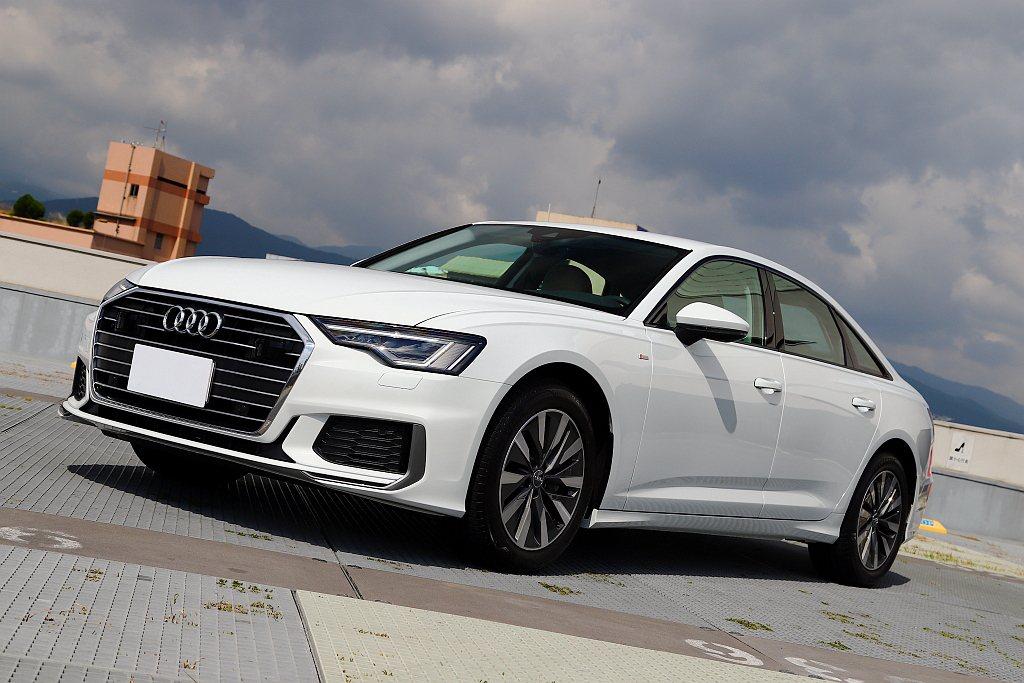 新世代Audi A6車頭以六角Singleframe水箱護罩為首,搭配Matri...
