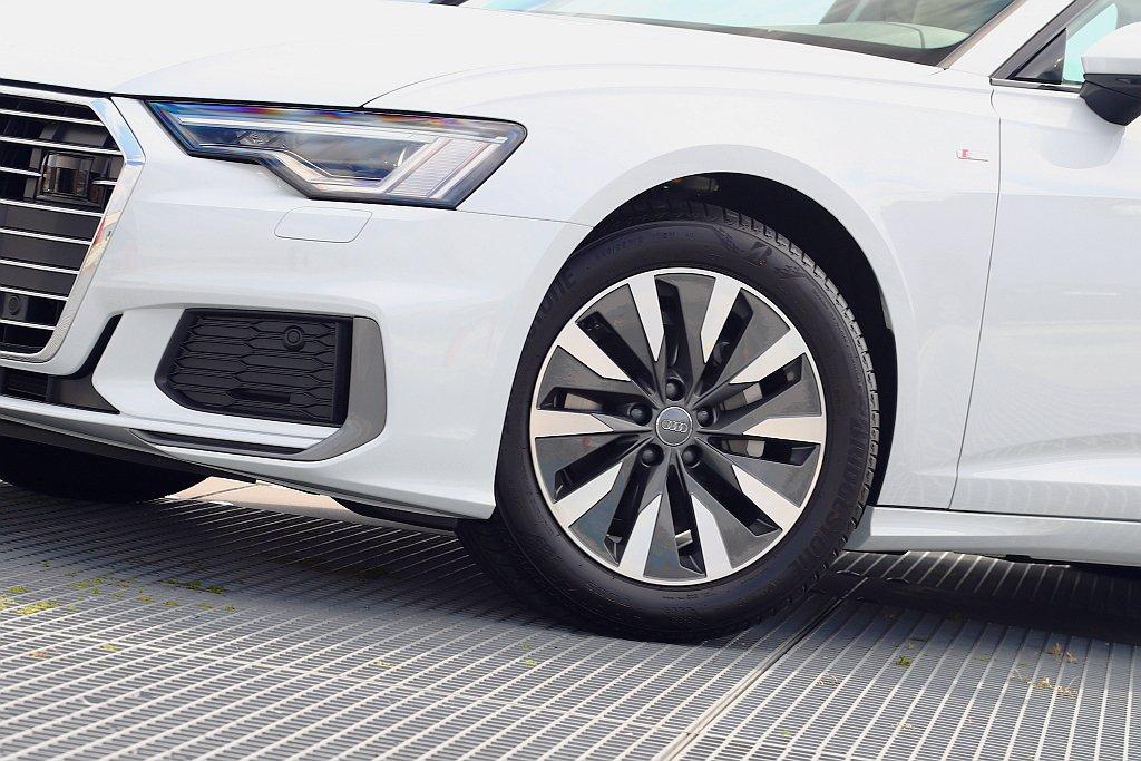 雖然S Line套件將輪框升級至18吋,但由於新世代Audi A6車格再放大,在...