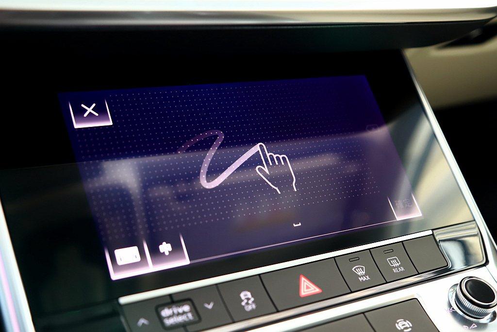 需要進行文字輸入時,8.6吋觸控螢幕會直接轉為MMI手寫板。 記者張振群/攝影
