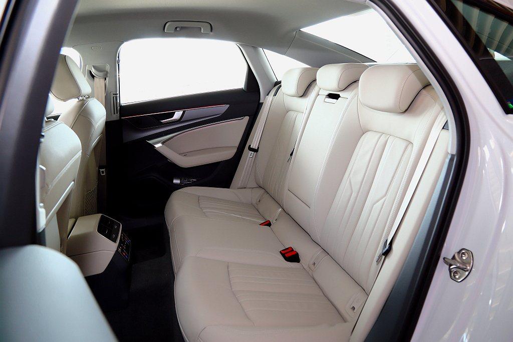 後座整體表現比上代車型更寬敞,匹配包覆性優異的座椅,使乘客能完全享受在舒適之中。...