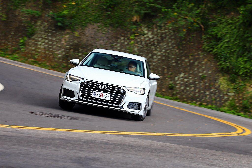 輕量化鋁合金底盤結構雖然提供清晰的路感,但在舒適懸吊與高扁平比輪胎搭配下,使Au...