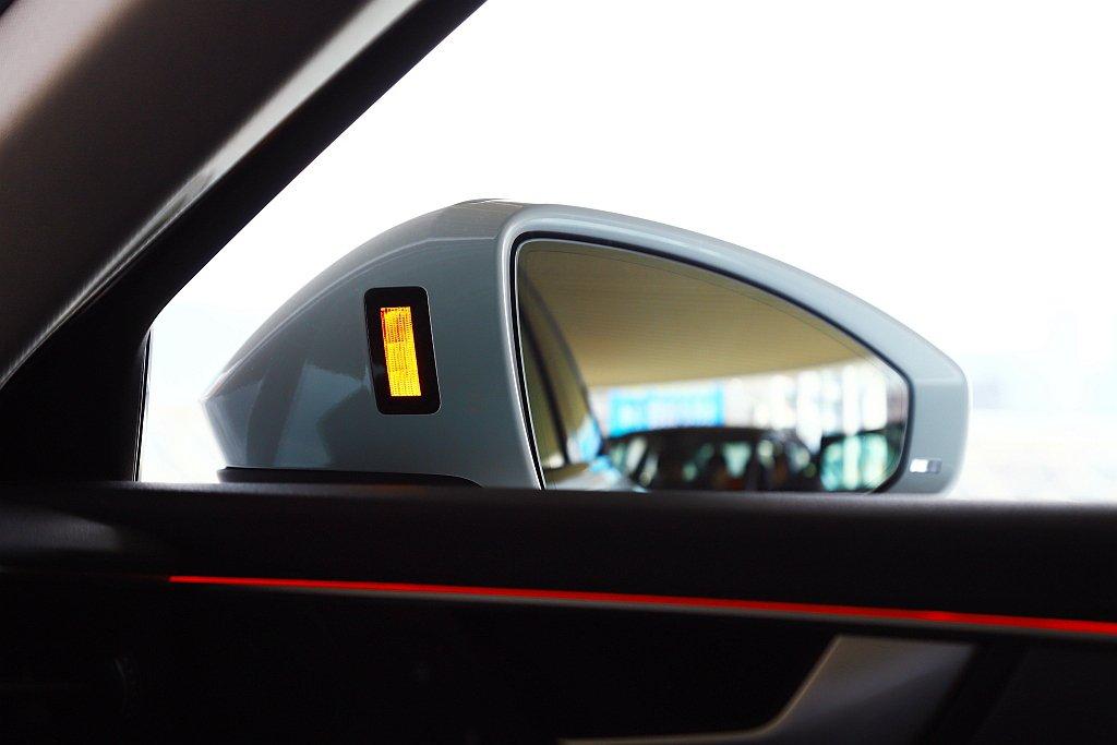 除了從旗艦車型下放的左轉預警輔助系統,還有離車安全警示系統,只要偵測到後方有來車...