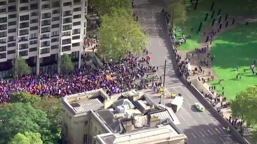 數萬名英國留歐派民眾於19日上街遊行。(photo by 網路截圖)