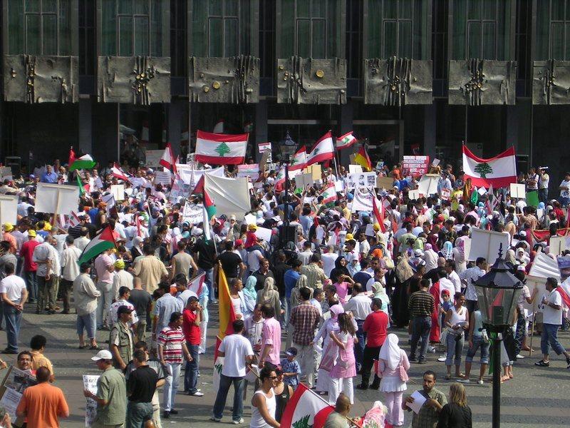 黎巴嫩因為政府實施撙節措施,對人民進行增稅,導致上千人自17日起走上街頭抗議,目...