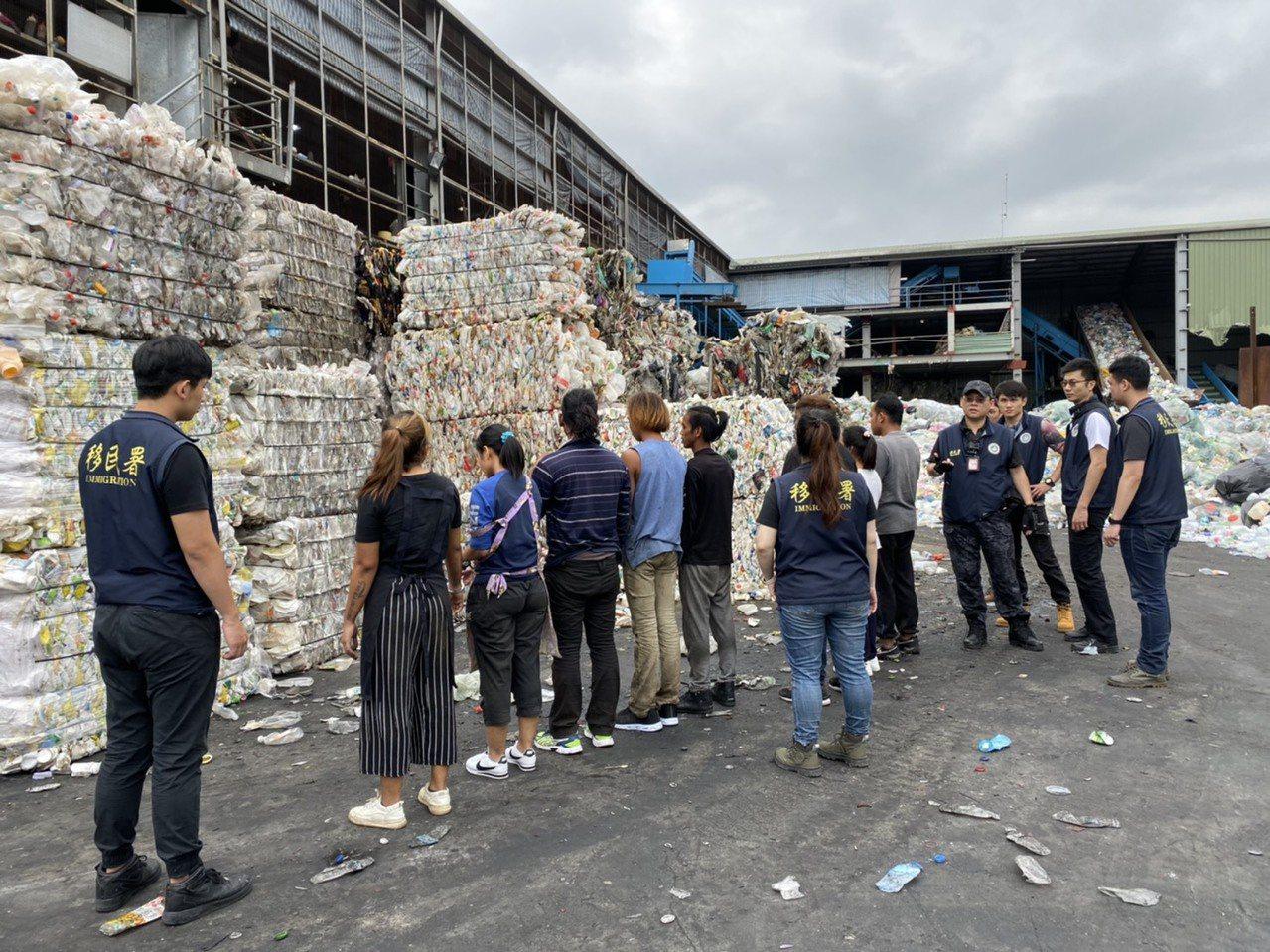 移民署共動員678人,針對外來人口易聚集的處所執行全國聯合查察行動。記者李隆揆/...