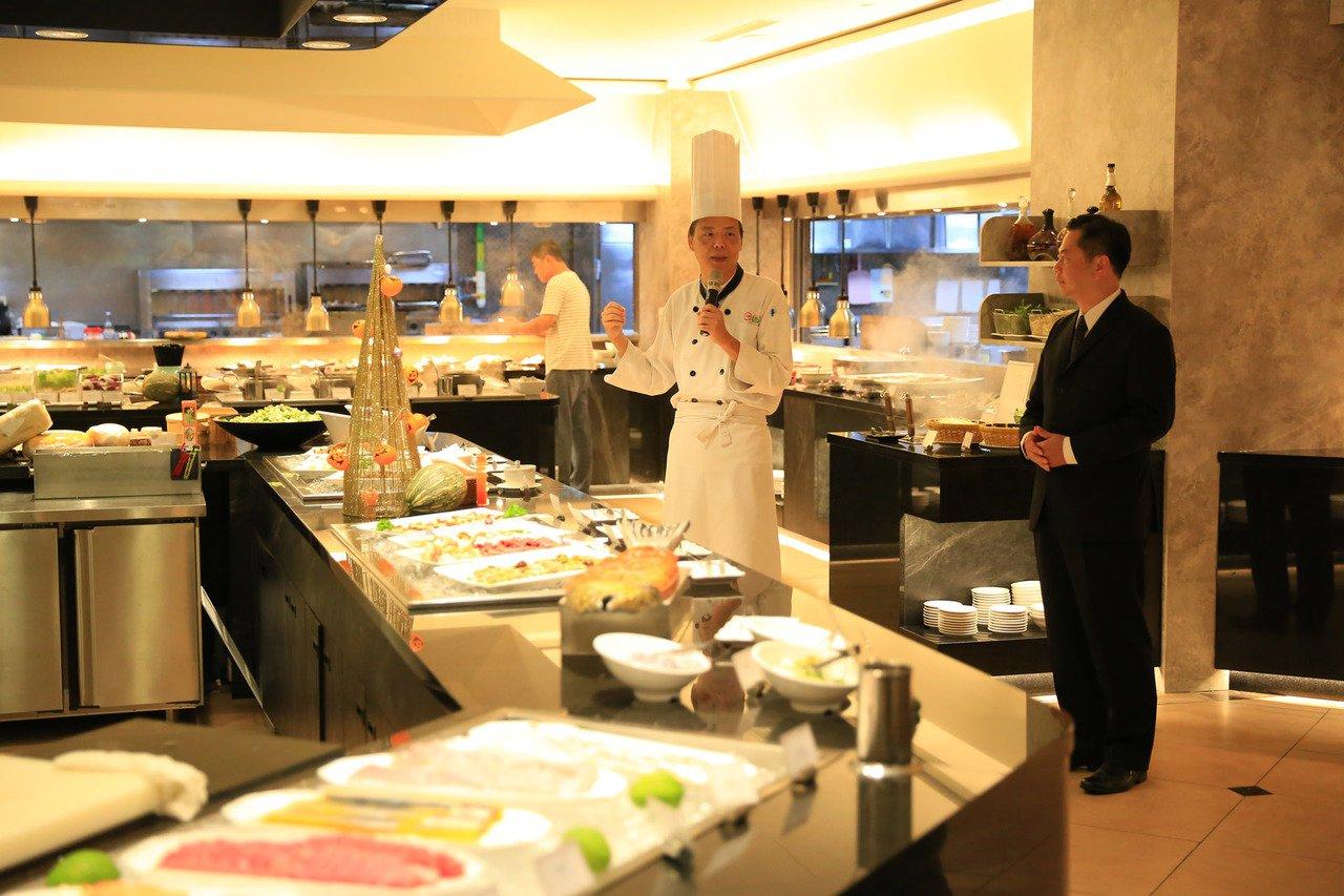 台糖長榮酒店「吃遍天下自助餐廳」,整體改裝採時尚灰的大理石紋為底、極簡黑的餐枱設...