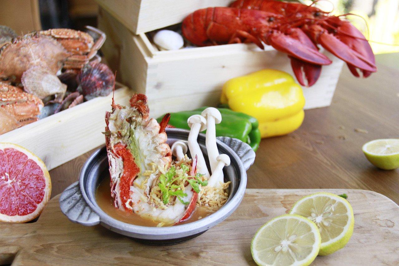 桂田酒店阿力海百匯自助餐廳,推出肉質飽滿的「波龍蝦金湯脆米」。圖/桂田酒店提供
