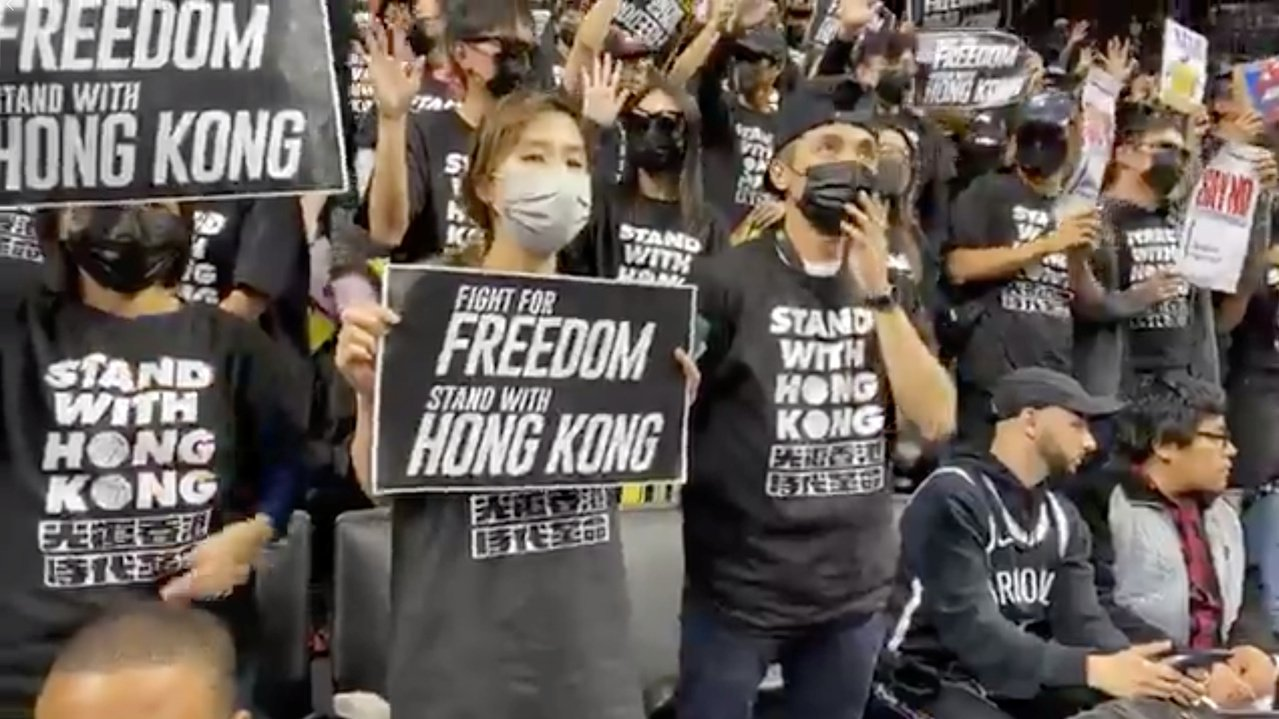 香港反送中抗爭的支持者18日在紐約於NBA職籃布魯克林籃網隊出賽多倫多暴龍隊時舉...