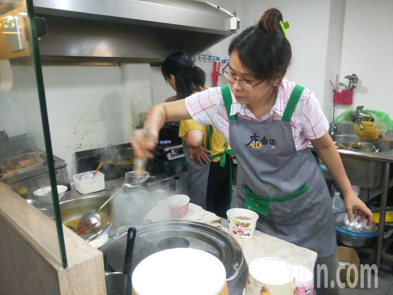 老闆娘熊海莉愛煮魚湯麵給朋友吃,後來索性開店賣魚湯麵。記者游明煌/攝影