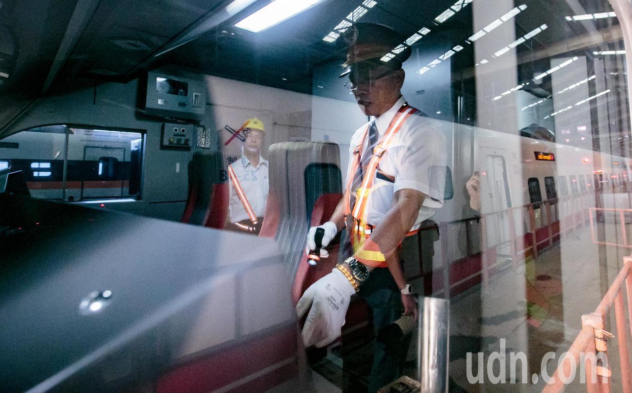 即將駛離樹林調車場的普悠瑪列車,駕駛發車前都必須檢查列車各部位是否正常。記者曾原...