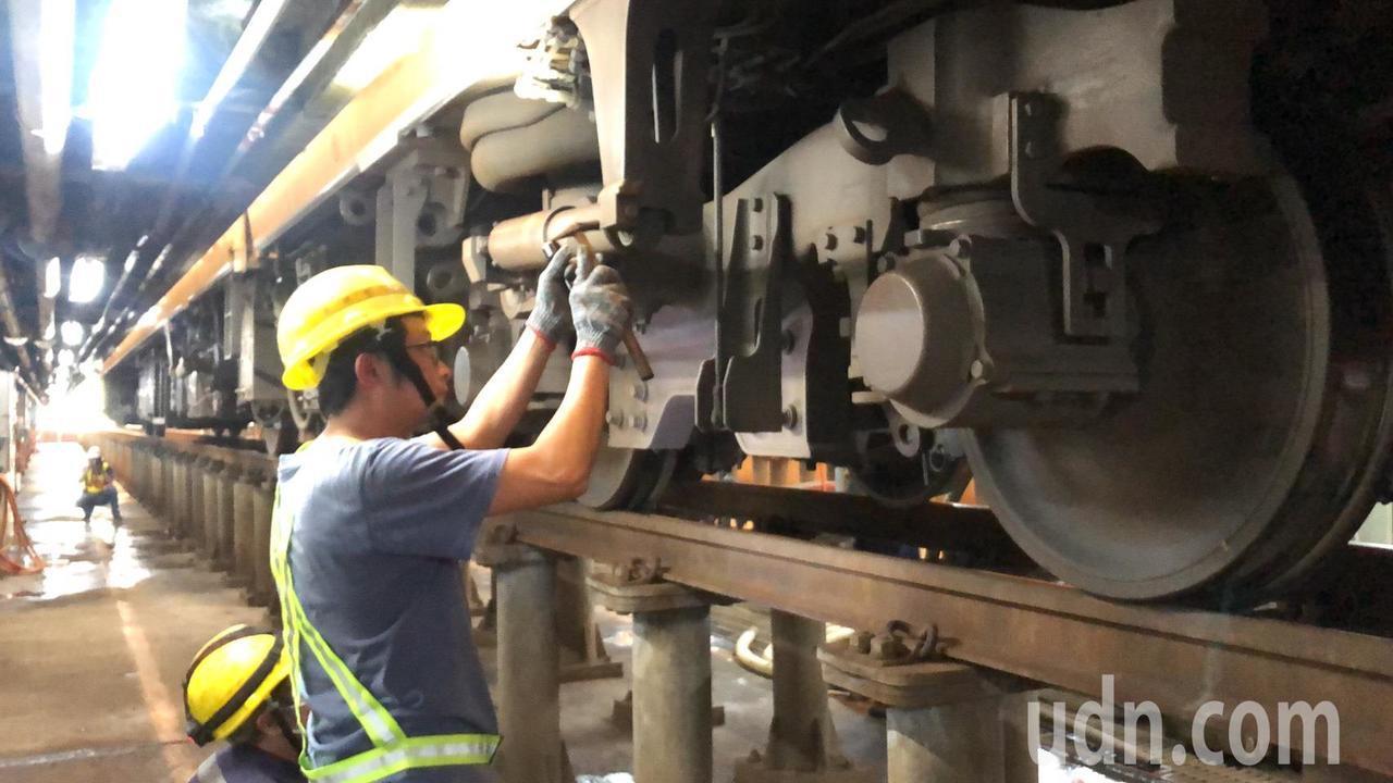 普悠瑪事故後,台鐵局啟動滾動式檢討,列車出庫作業更為謹慎。記者侯俐安/攝影