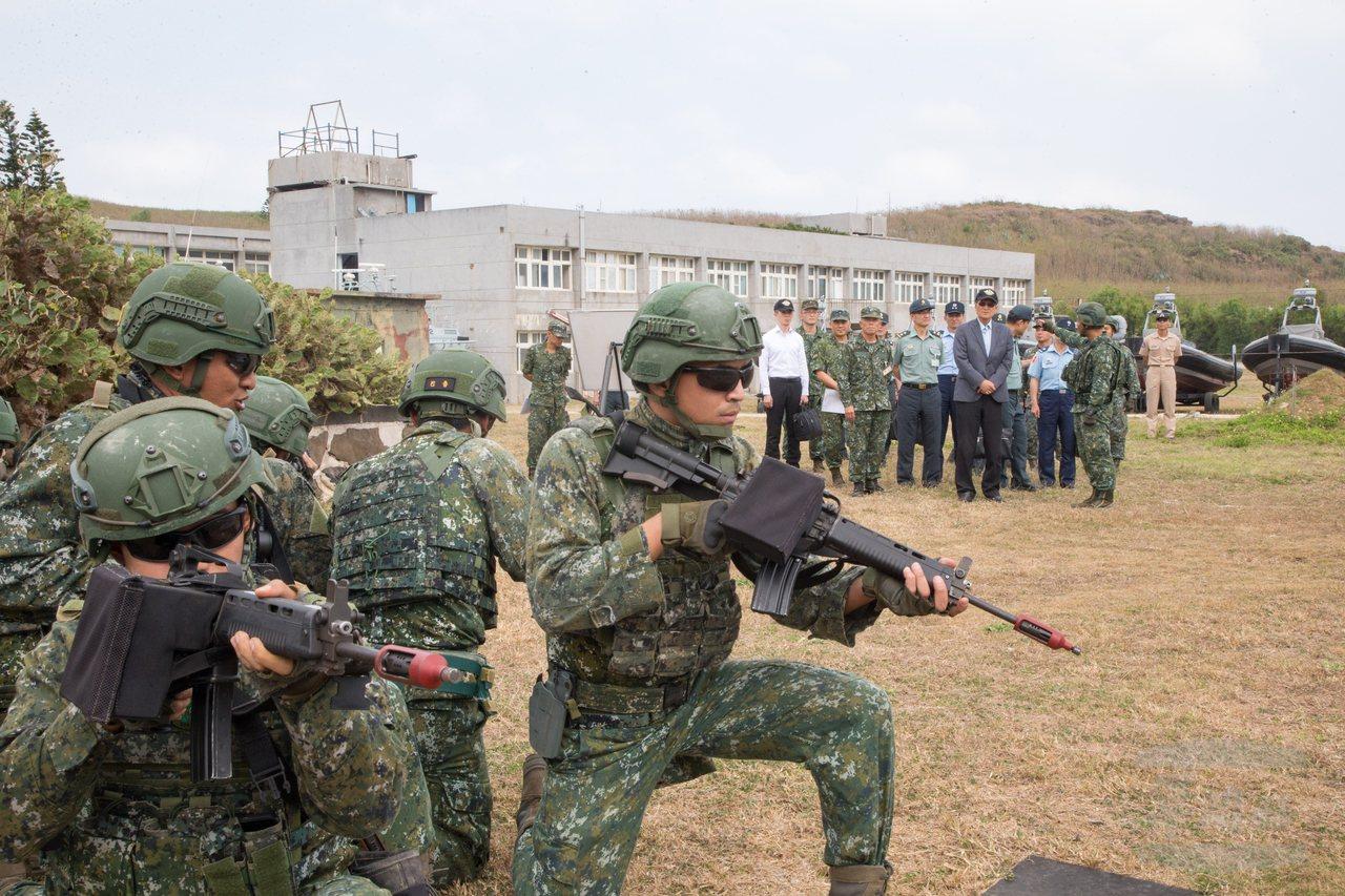國防部長嚴德發昨日(19)視導駐防澎湖的兩棲偵察營。軍聞社報導,他要求部隊靈活運...